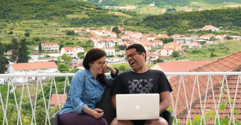 Casal Partiu, primeiro casal de nômades digitais do Brasil - Artigo sobre como ser nômade digital . Foto em Hvar, Croácia.