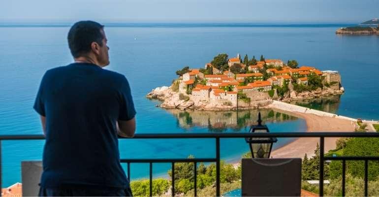Vinicíus Teles do Casal Partiu - artigo do Blog, como ser um nômade digital. Foto em Sveti Stefan, em Montenegro